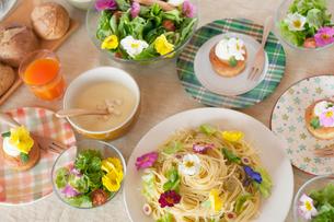 花を飾った料理の並ぶパーティーのテーブルの写真素材 [FYI02936514]
