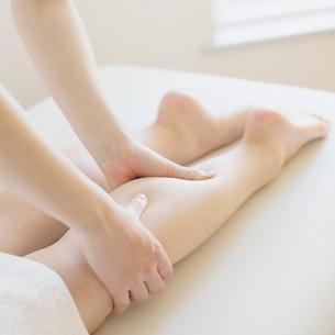 足のマッサージを受ける女性の足元の写真素材 [FYI02936529]