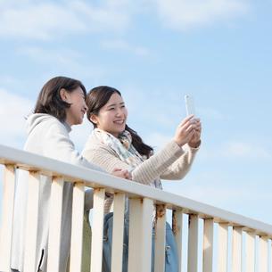 スマートフォンで写真を撮る親子の写真素材 [FYI02936535]
