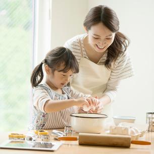 キッチンでお菓子作りをする親子の写真素材 [FYI02936541]