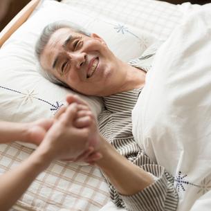 手を握るシニア男性の写真素材 [FYI02936546]