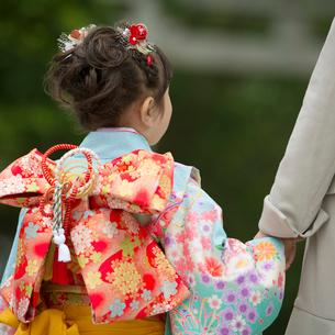 母親と手をつなぐ七五三の女の子の後姿の写真素材 [FYI02936552]