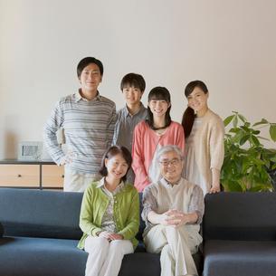 ソファで微笑む3世代家族の写真素材 [FYI02936557]