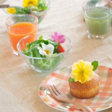 花を飾った料理と野菜ジュースの写真素材 [FYI02936596]