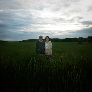 草原に立つシニア夫婦の写真素材 [FYI02936603]