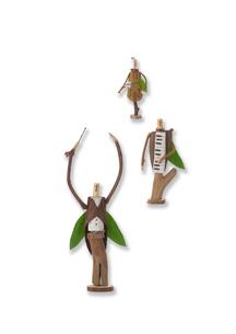 一列に並んだ木の人形のオーケストラ クラフトの写真素材 [FYI02936611]