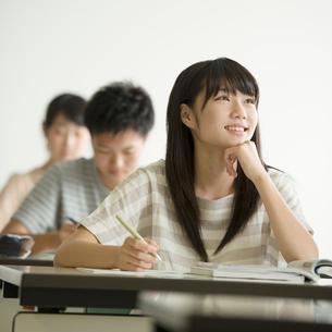 夏期講習を受ける学生の写真素材 [FYI02936613]