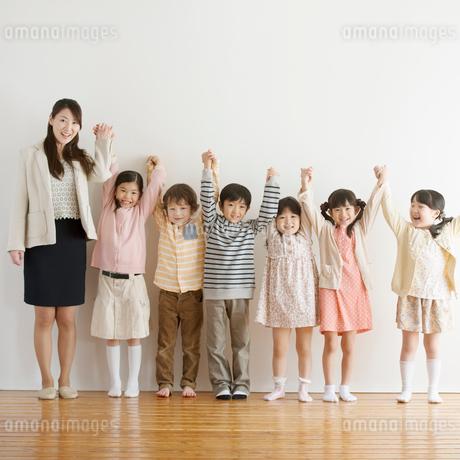 手をつなぐ小学生と先生の写真素材 [FYI02936616]
