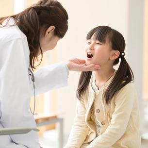 女医の診察を受ける女の子の写真素材 [FYI02936618]