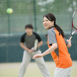 テニスをするミドル夫婦の写真素材 [FYI02936623]
