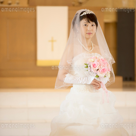 教会でブーケを持つ花嫁の写真素材 [FYI02936627]