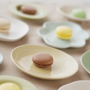 たくさんの皿の上に並べたマカロンの写真素材 [FYI02936635]
