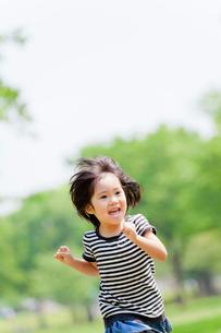 公園で走る女の子の写真素材 [FYI02936638]
