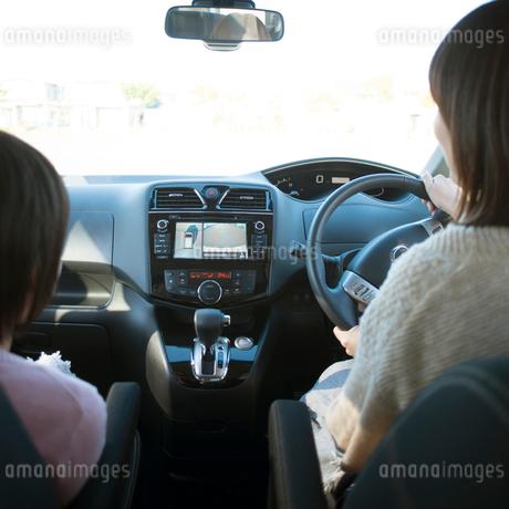 バックビューモニターを見ながら駐車をする親子の後姿の写真素材 [FYI02936641]
