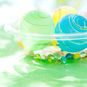 水に浮かべたヨーヨーの写真素材 [FYI02936653]