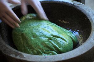 杵でつくヨモギ餅の写真素材 [FYI02936668]