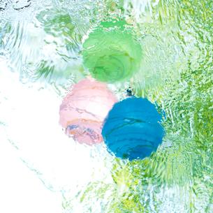 水に浮かべたヨーヨーの写真素材 [FYI02936676]