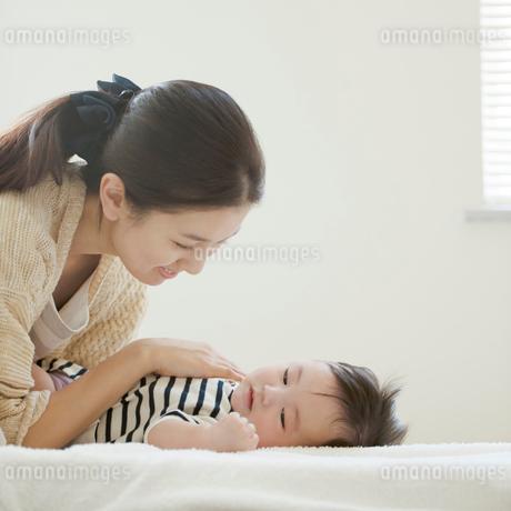 赤ちゃんを寝かしつける母親の写真素材 [FYI02936699]