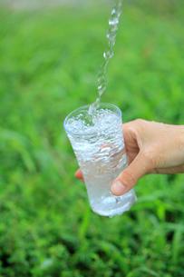 コップに注ぐ水の写真素材 [FYI02936703]