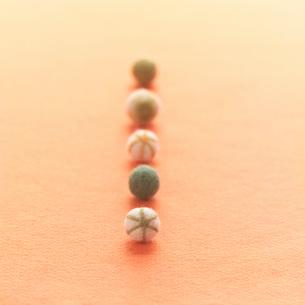 一列に並んだ5つのフエルトのボール クラフトの写真素材 [FYI02936708]