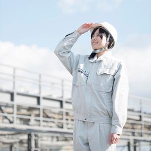 工事現場で空を見上げる作業員の写真素材 [FYI02936717]
