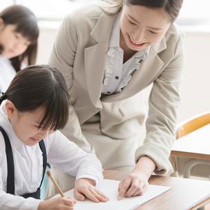 小学生に勉強を教える先生の写真素材 [FYI02936719]