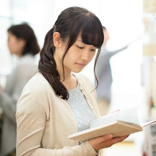 図書館で本を読む女性の写真素材 [FYI02936725]