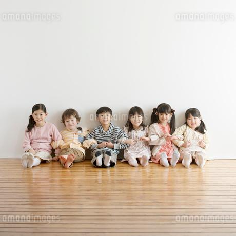 腕を組み微笑む小学生の写真素材 [FYI02936729]