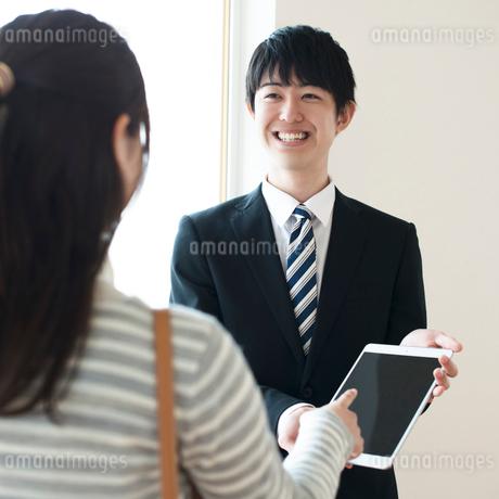 部屋の内見をする女性とビジネスマンの写真素材 [FYI02936743]