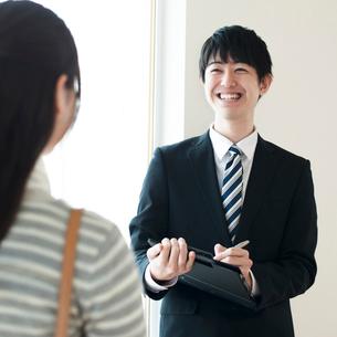 部屋の内見をする女性とビジネスマンの写真素材 [FYI02936751]