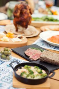 テーブルの上に並ぶグランピングの料理の写真素材 [FYI02936776]