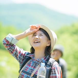 汗を拭うシニア女性の写真素材 [FYI02936807]