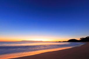夜明けの海の写真素材 [FYI02936851]