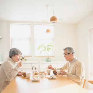 朝食を食べるシニア夫婦の写真素材 [FYI02936952]