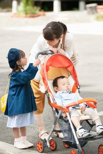 ベビーカーを押す母親と娘の写真素材 [FYI02936954]