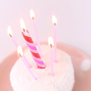誕生日ケーキとロウソクの炎の写真素材 [FYI02937021]