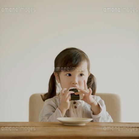 おにぎりを食べる女の子の写真素材 [FYI02937041]