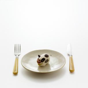 食卓の上のウシ クラフトの写真素材 [FYI02937049]