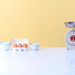 小麦粉と卵の写真素材 [FYI02937066]