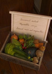 メニューと採れたて有機野菜の写真素材 [FYI02937067]