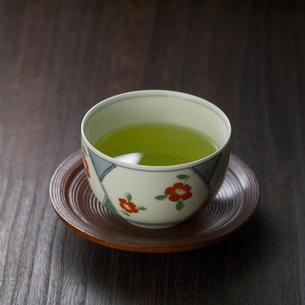 茶碗に入った緑茶の写真素材 [FYI02937074]