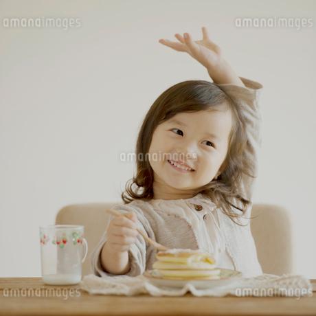 ホットケーキを食べる女の子の写真素材 [FYI02937141]