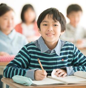 教室で勉強をする小学生の写真素材 [FYI02937145]