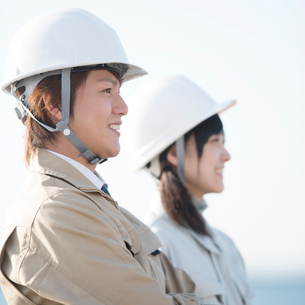 微笑む作業員の横顔の写真素材 [FYI02937197]
