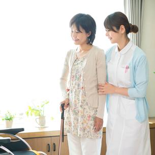 患者の手助けをする看護師(訪問医療)の写真素材 [FYI02937212]