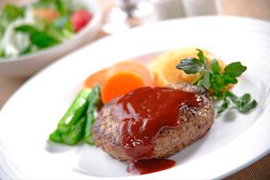 ハンバーグステーキの写真素材 [FYI02937226]