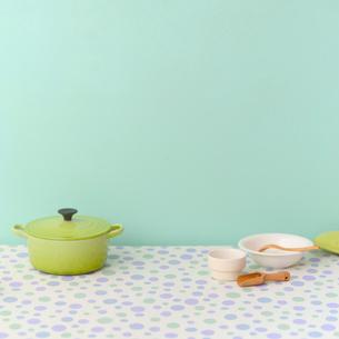 鍋と食器の写真素材 [FYI02937233]