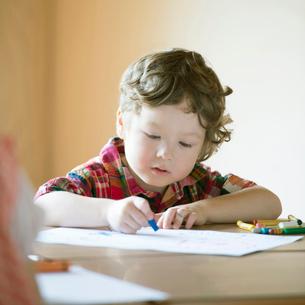 お絵描きをするハーフの男の子の写真素材 [FYI02937234]