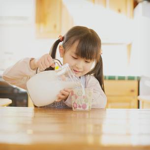 牛乳を注ぐ女の子の写真素材 [FYI02937251]