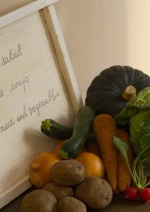 メニューと採れたて有機野菜の写真素材 [FYI02937361]